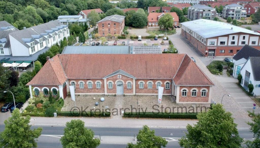 Luftaufnahme des Geländes. Vorn der Marstall, im Hintergrund der alte Speicher –Foto: Kreisarchiv Stormarn / Saher Manna