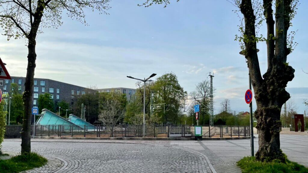 Blick von der Hagener Allee in Ahrensburg Richtung Innenstadt, im Vordergrund der Kreisel zur Unterführung –Foto: Nicole Schmidt
