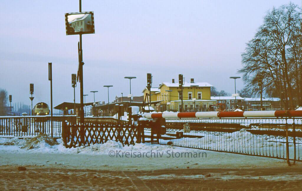Bahnübergang mit Schranken an der Hagener Allee 1985 –Foto: Kreisarchiv Stormarn / Johannes Spallek