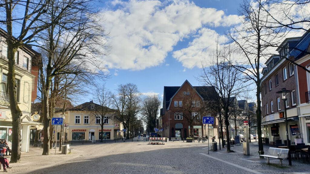 Das Rondeel in Ahrensburg –zwischen den beiden Gebäuden in der Mitte beginnt die Hagener Allee – Foto: Nicole Schmidt