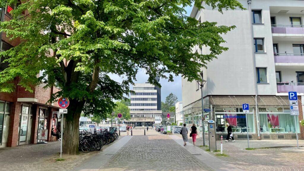Blick von der Rathausstraße auf das Rathaus – Foto: Nicole Schmidt